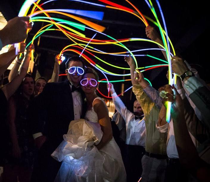Le collane luminose sono essenziali in qualsiasi festa. Accompagnano i braccialetti luminosi nella maggior parte delle occasioni.  Abbiamo due tipi di collane differenti: le collane tricolore e quelle tricolore con fiori hawaiani per dare un tocco più estivo e fresco alle vostre feste.