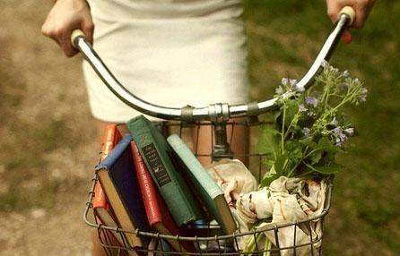 Libri d'estate? «Vi consiglio di leggerli 'sulla bicicletta'».  Qualche suggerimento sulla letteratura delle due ruote. Dalle testimonianze ai fumetti, dall'emozione del Tour de France al ciclismo d'altri tempi. Passando per la filosofia 'a pedali'