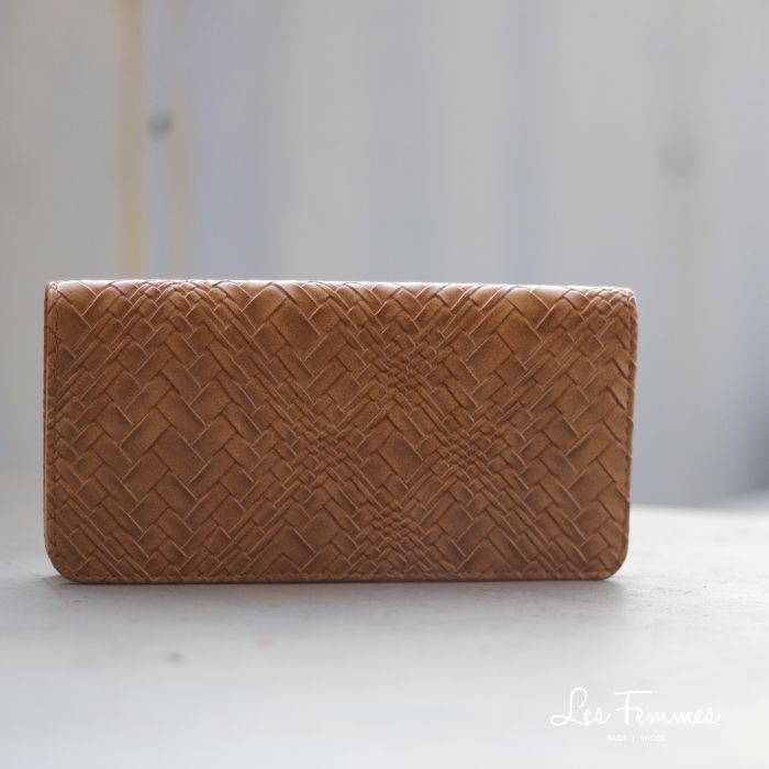 Syahna, wallet simple dan minimalis dengan motif anyaman dan pilihan warna yang menarik. Detail wallet : • Warna hitam, khaki, apricot, coffee • Ukuran 21*3*10,5 cm • Harga 90,000  Order via : Website : www.lesfemmes.co.id LINE : lesfemmesbags SMS / WA : 081284789737 Email : care@lesfemmes.co.id  Happy shopping!  #shopping #wallet #ladies #women #lesfemmesindonesia