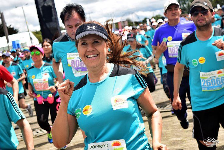 Participantes de la Media Maratón de Bogotá durante su rutina de ejercicios de calentamiento.
