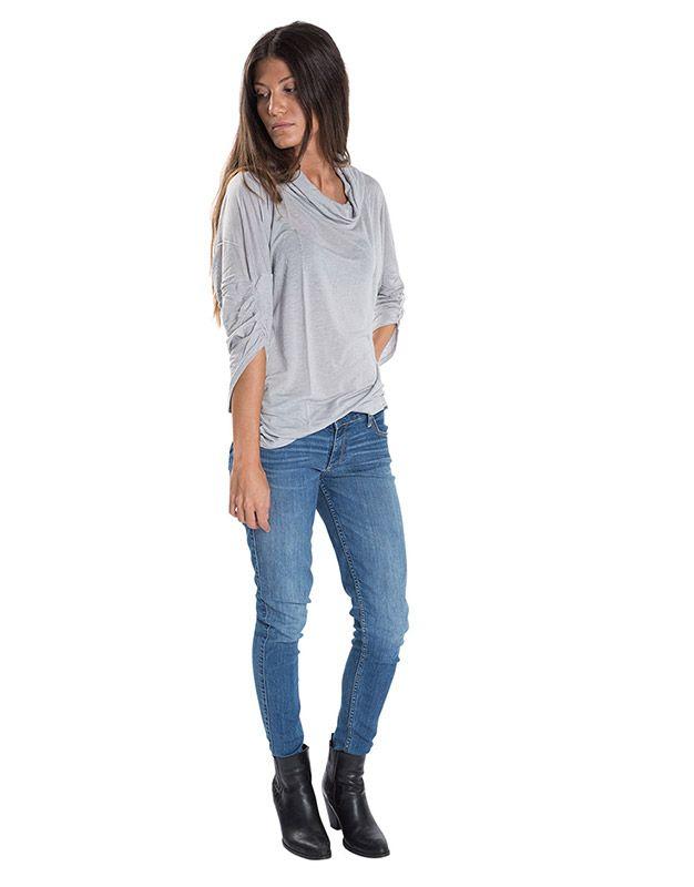 Modelo con camiseta gris