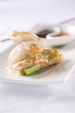 Спринг-роллы со спаржей, копченым лососем и авокадо
