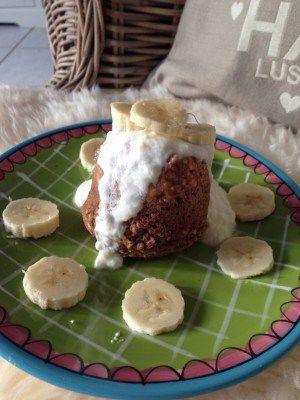 Mugcake met pindakaas en banaan. Een cake in een mok, in de magnetron binnen 2 minuten gaar. Maar 20 minuten in de oven lukt ook prima.