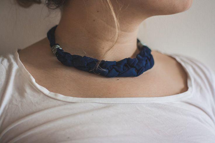 Halsband av fyrflätade t-shirtremsor och ståltråd. Hanna Lindroth för Monthly Makers februari, tema återbruk.