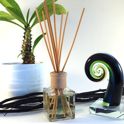 A reed diffuser delivers an elegant and sensual way to bring amazing fragrances to your home or office. Create a place of visual and aromatic pleasure with one of these simple and attractive beauties. Plus, they last a long time – up to 6 months! International delivery is available :) #reeddiffuser #diffuser #roomdiffuser #roomfragrance #nzmade #homefragrance