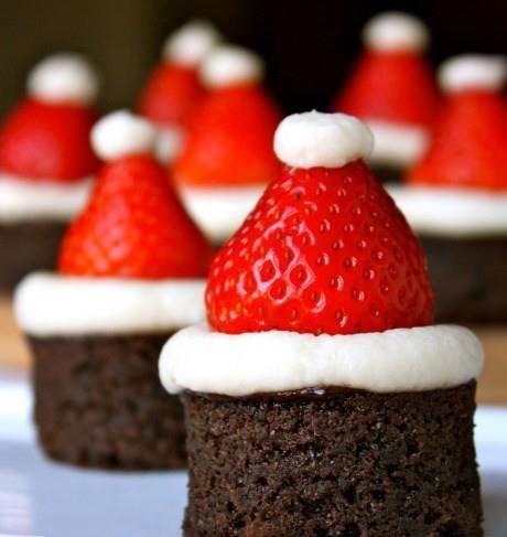 Leuk voor Kerst. Brownie bakken, uitsteken met een ronde diepe vorm/beker. Een botercreme of een mix van Marscapone, poedersuiker en vanille essence er bovenop uitstrijken,aardbei-kapje eraf en omgekeerd op de brownie. En toefje van de mix bovenop voor de topping. KLAAR!