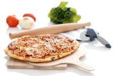 Receta de Pizza carbonara con Thermomix ®. Decide si añades base de tomate, pero hagas lo que hagas, decora tu carbonara con hierbas aromáticas.