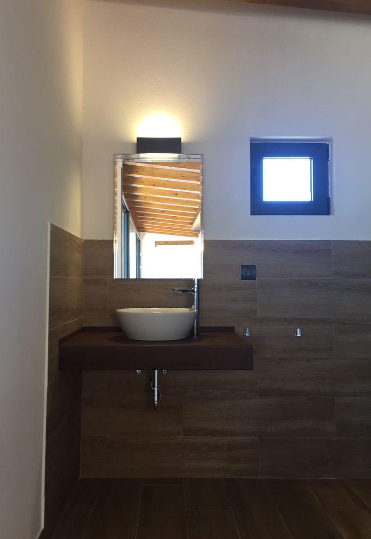 detalle del lavabo para ambos sexos en acero corten barnizado, espejo de Kartell (DECOREMOS)...trasparente. Lavabo y grifo de LOSTAL y apliques de luz en grafito de la tienda :DECOREMOS