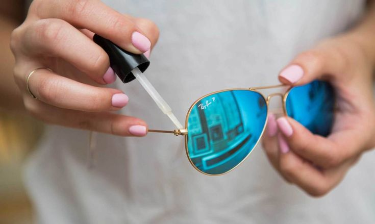 8. Tighten your sunglasses with a dab of clear nail polish. If the arm of your sunglasses is a bit loose and you don't have a tiny screwdriver handy, paint a small bit of polish over the hinge to temporarily tighten it.