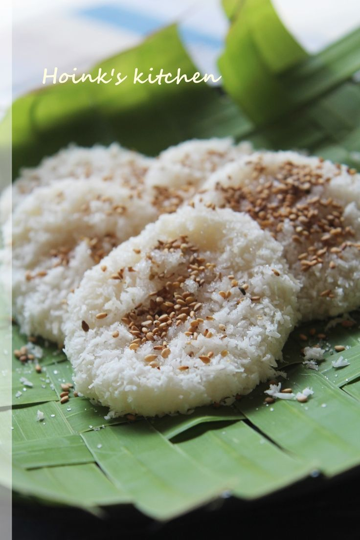 フィリピンのおやつ★パリタウ★ 白玉粉で作ったやわらかいおだんごにココナッツとゴマの香ばしさが美味しいフィリピンの素朴なおやつです♪ Hoink 材料 (5~6枚分) 白玉粉 100g 水 85cc ココナッツファイン 大さじ3~4 白ごま 大さじ1 グラニュー糖 大さじ2 塩 3本指でひとつまみ 作り方 1 ココナッツファインは水大さじ1(分量外)をかけて軽く混ぜ、少し湿らせておく。 2 ごまをフライパンで香ばしく煎る。冷めたらグラニュー糖・塩と混ぜておく。 ※いり胡麻も少し煎っておくと香りがよくなります。 3 白玉粉と水を合わせて練る。通常の白玉だんごより少し柔らかめな感じです。 4 鍋に湯を沸かす。その横で3をひとつかみ取り、丸めて平らにし、真ん中を少し圧して沸騰した湯に入れていく。 5 火が通って浮いてきたら鍋から上げ、キッチンペーパーなどに当てて軽く水気を切る。 6 1のココナッツファインを全体にまぶし皿に移してグラニュー糖とごまをかけてできあがりです。 コツ・ポイント *お団子ひとつは、みたらし団子を作るときよりひとまわり大きい..くらい手に乗せます。…