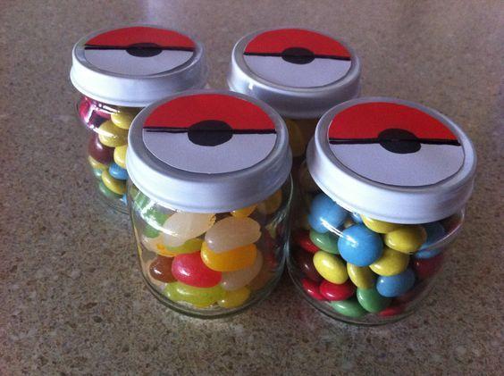 Potinhos com balinhas - Lembrancinha - 35 ideias e inspirações para festa Pókemon | Macetes de Mãe