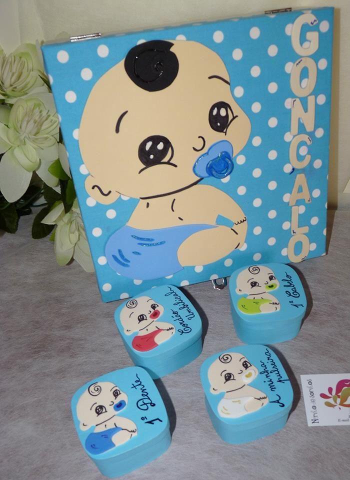 Caixa de 24x24cm com tampo em tecido e decorada com bebé em EVA. Interior em feltro e 4 caixinhas para recordações do bebé.