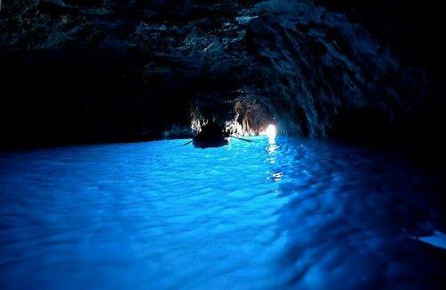 イタリア南部・カプリ島にある青の洞窟