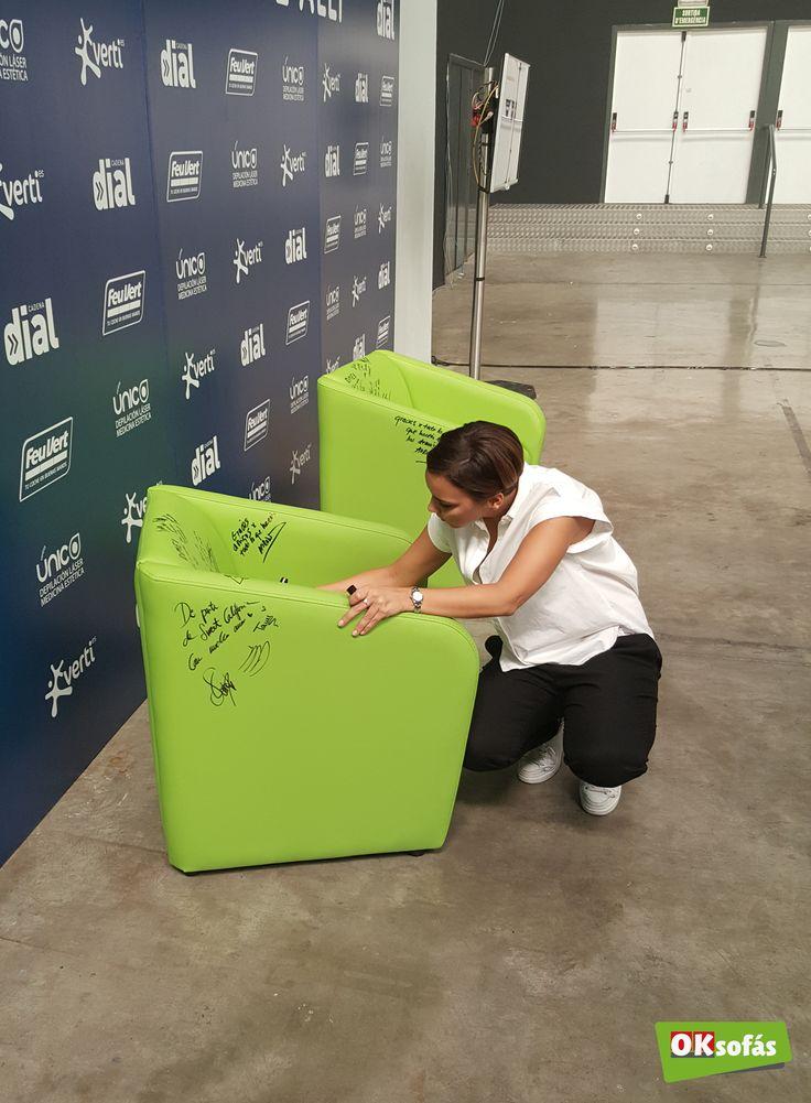 Chenoa firmando una de nuestras butacas. #butaca #sofá #descanso