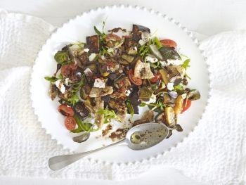 Salată de vinete și brânză de capră cu dressing de ardei iute și mentă