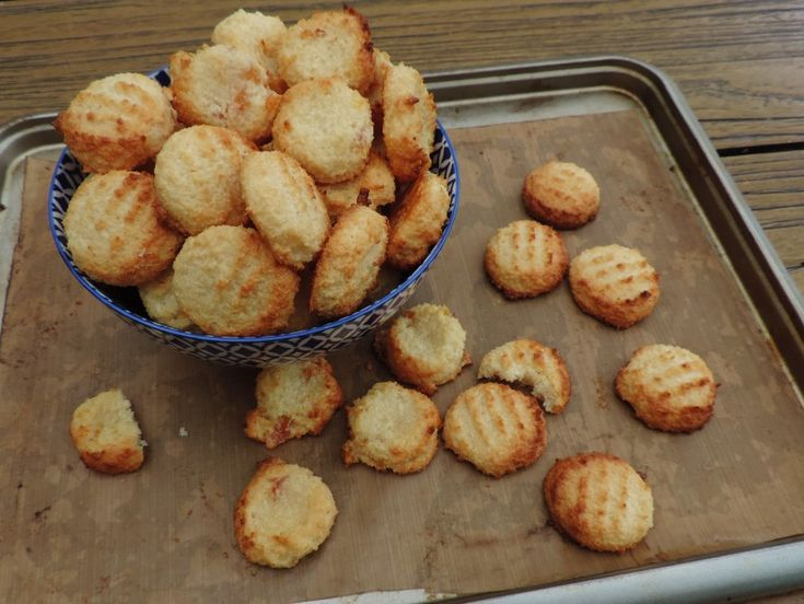 Slechts drie ingrediënten leveren je twee volle bakplaten met heerlijke kokos koekjes op. Heerlijk zacht en smeuïg. Kan ook met fruit of chocolade.