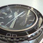 Seiko SNZH55K1 Automatik-Chronograph mit Stoppuhr-Lünette: http://herrenuhren-xxl.de/shop/seiko-automatikuhr-snzh55k1-analoge-maenneruhr-aus-edelstahl-mit-drehbarer-luenette/