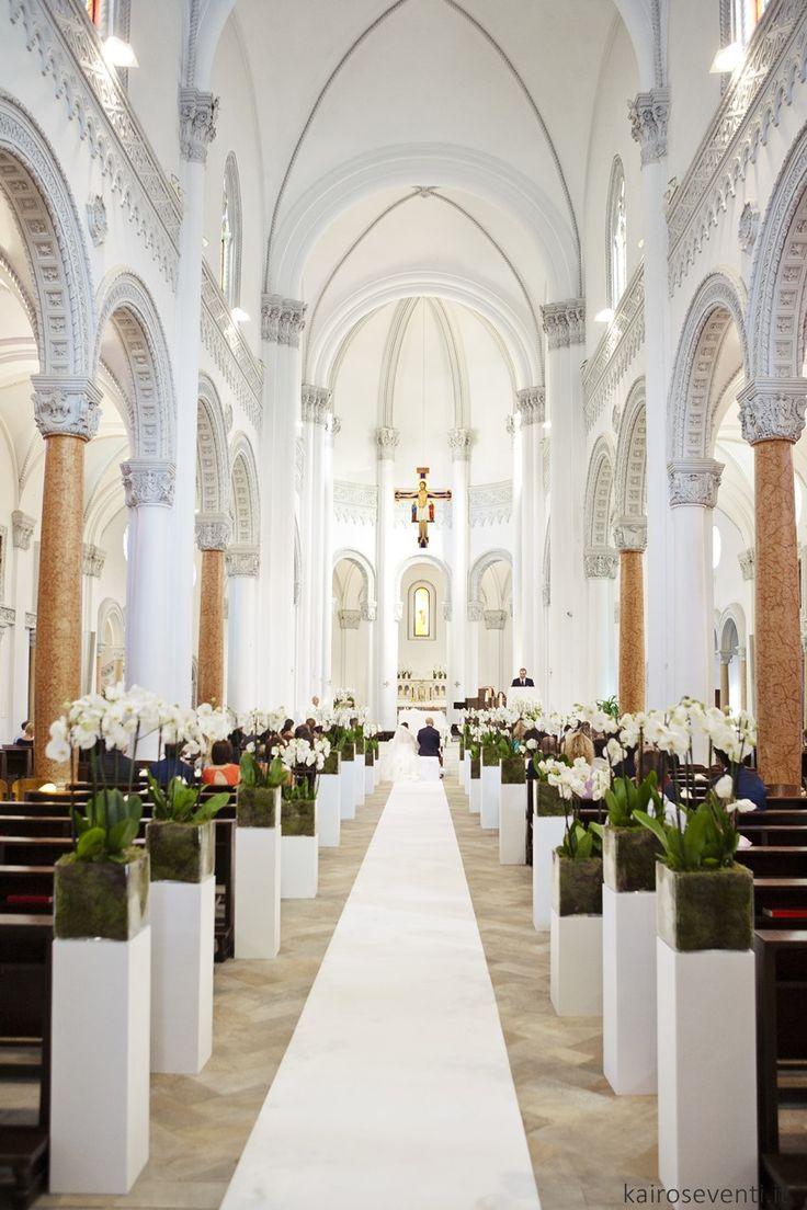 Allestimento chiesa con orchidee.  Wedding designer & planner Monia Re - www.moniare.com   Organizzazione e pianificazione Kairòs Eventi -www.kairoseventi.it   Foto Oscar Bernelli