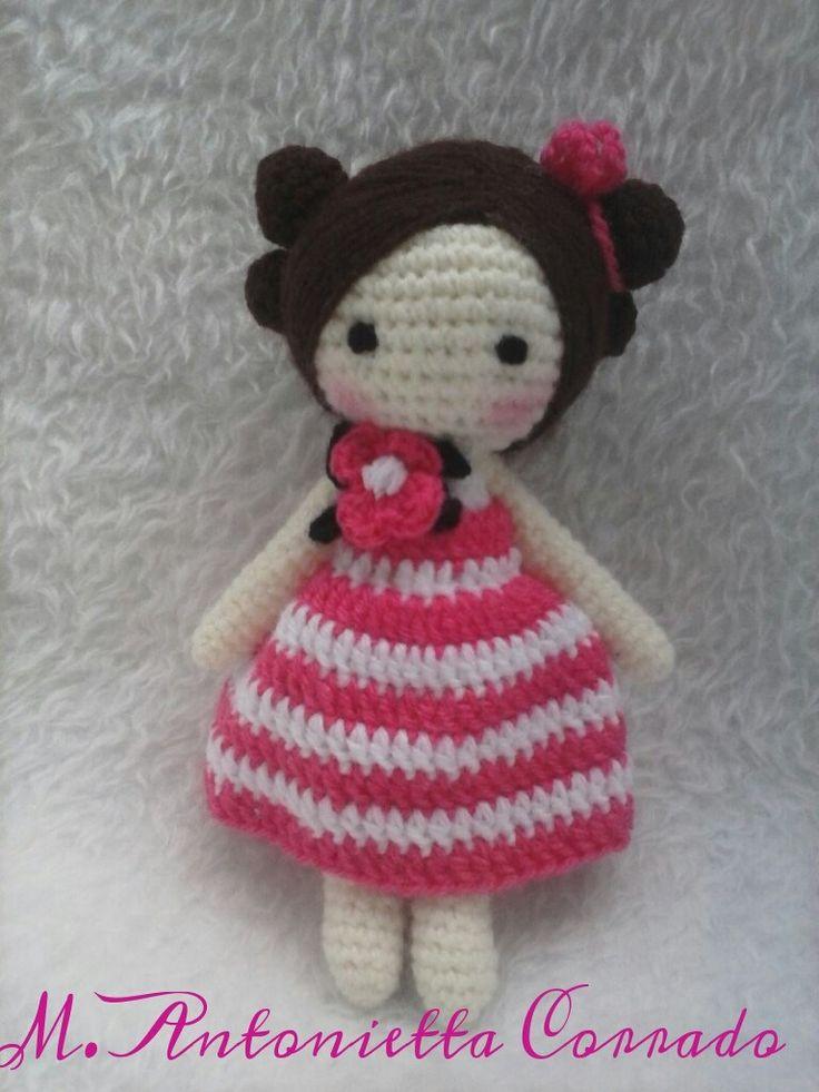 Patrón amigurumi gratis de muñeca con flor en el cuello. Espero que os guste tanto como a mi! Idioma: Italiano Visto en la red y colgado en mi pagina de facebook: Os pongo también su foto para que …