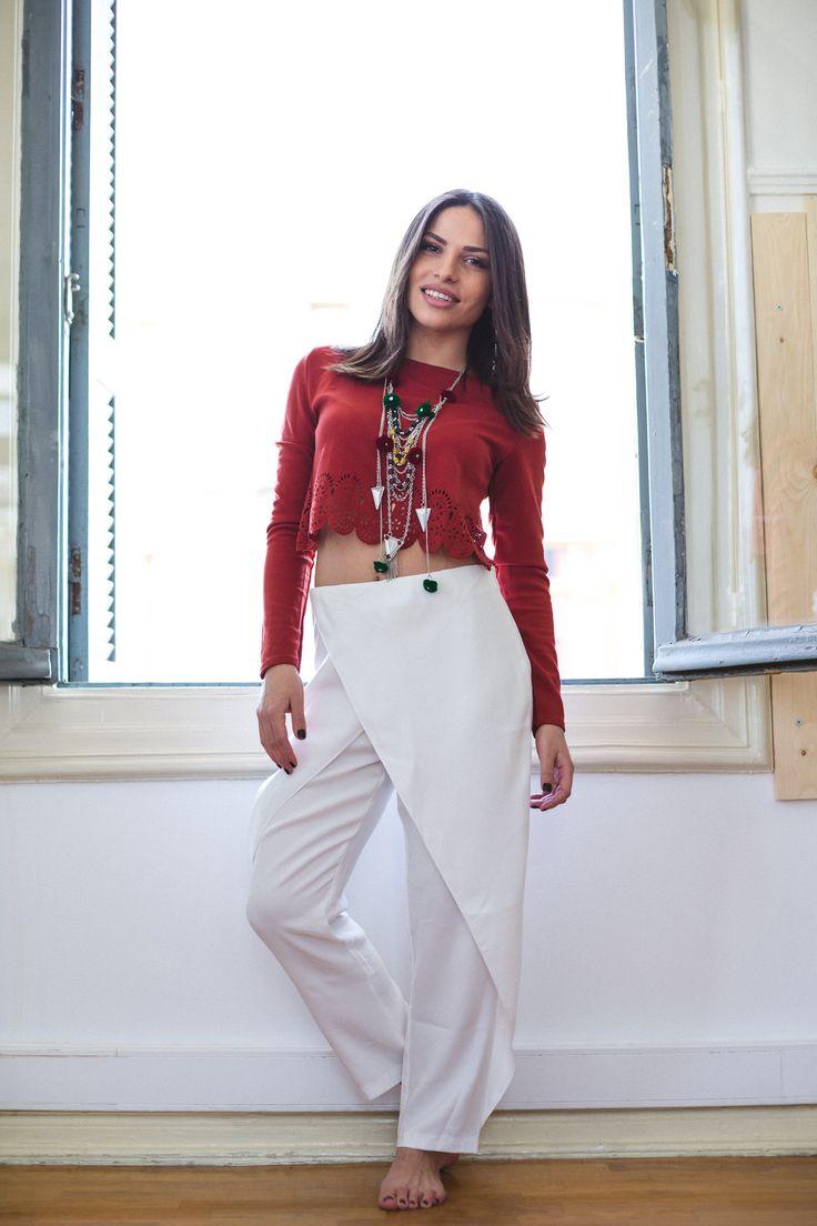 Κροπ τόπ μπορντό με δαντελένια λεπτομέρεια 17€ Λευκό παντελόνι φάκελος σε ίσια γραμμή με κανονική εφαρμογή. Πολύ ωραία επιλογή για όλες τις ώρες της ημέρας. 37€