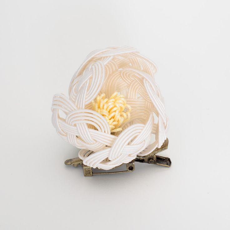 日本女性を美しく見せてくれる椿の花を、水引細工で立体的なブローチに仕上げました。ちょっと大きめなので、バッグに付けても存在感大…