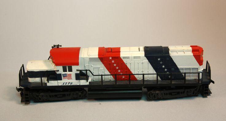 Locomotora dièsel 1776: Maqueta d'una locomotora dièsel commemorativa de l'aniversari Americà. Està pintada amb la bandera nord-americana que cobreix tot el vehicle. Locomotora diésel 1776: Maqueta de una locomotora diésel commemorativa del aniversario Americano. Està pintada con la bandera Nord-americana que cubre todo el vehículo.