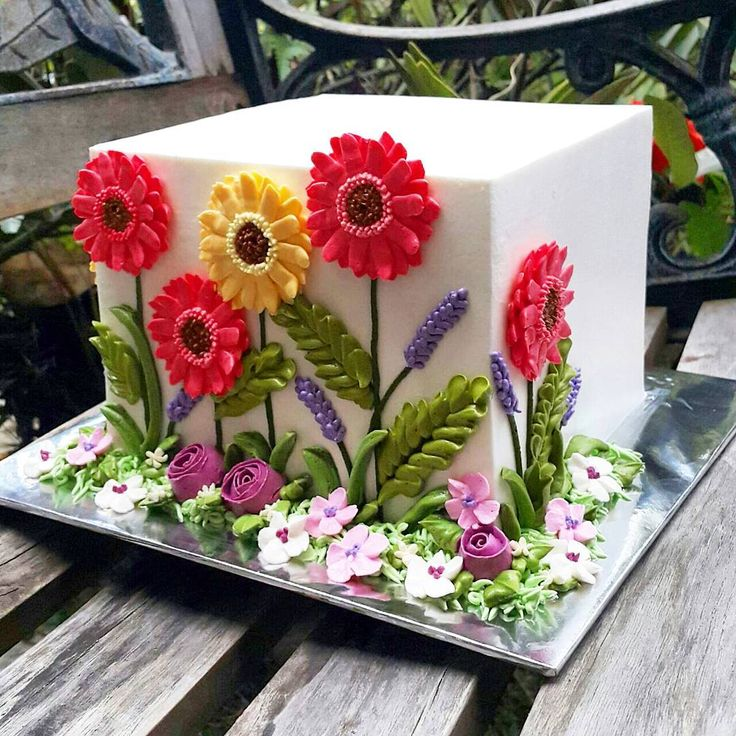 The moment I saw this cake I was captivated by the super razor sharp edges. Buttercream? No way! And then I stared at the flowers.  How did they not slide off the side of the cake? And what about those fine detailed piping! Love the lavender buds and leaves ❤