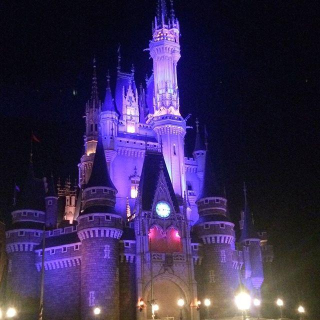 Instagram【0627n_0422s___】さんの写真をピンしています。 《☪︎⋆。˚✩ . . . . 夜の煌めき、違った顔。 『この姿も、 なかなか素敵でしょう?』 そう、言われた気がした。 . . . 将来は絶対に年パス持つんだ、 いつか一緒に、行けたらいいな . . #DisneyLand #ディズニー  #シンデレラ城 #夜景 #夜 #冬 #スマホ写真 #b612 #ワンス #直前 #また来年も #楽しみ #今度は友達と行きたいな》