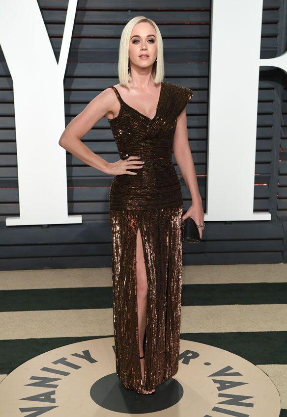 Katy Perry, que se pasó recientemente al rubio platino, escogió un vestido de Jean Paul Gaultier en color bronce, con escote asimétrico y aperturas en la falda