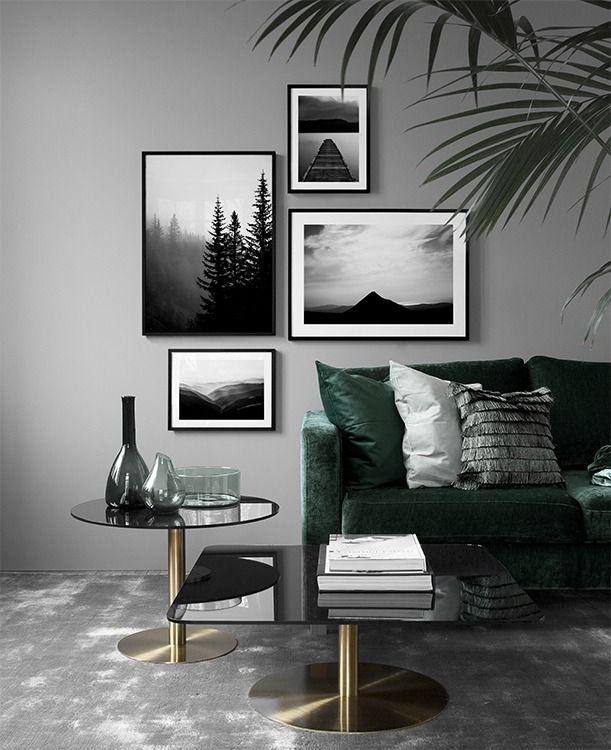 Wohnraum mit gedeckten Farben, graue Wand, dunkelgrünes Sofa, Modernes Wohnzimmer mit Bilderwand, Ideen für das Wohnzimmer, Gestaltung Wohnraum