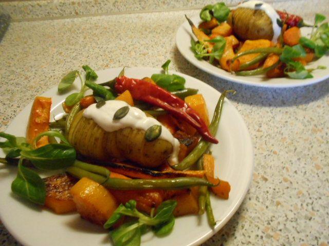 Salát z pečené zeleniny s česnekovým dipem  http://yummyummy.blog.cz/1509/salat-z-pecene-zeleniny-s-cesnekovym-dipem