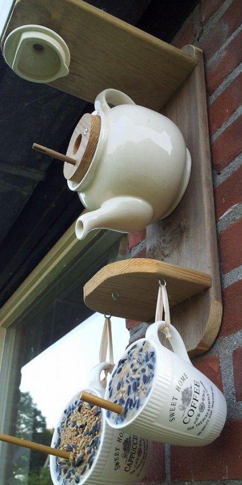 vogelhuisje + voer. kunnen de vogels lekker bakkie halen in de tuin. voor het vogelhuisje oude stenen thee pot. voor boren eerst even afplakken met tape. plankjes zagen. en in elkaar zetten. voor de kopjes. ongezouten frituurvet in blok. vogel zaad en bamboe stokje. baboe stokje met een knijper op zijn plaats houden. vet smelten vogelvoer er in mengen. en uit laten harden. veel plezier