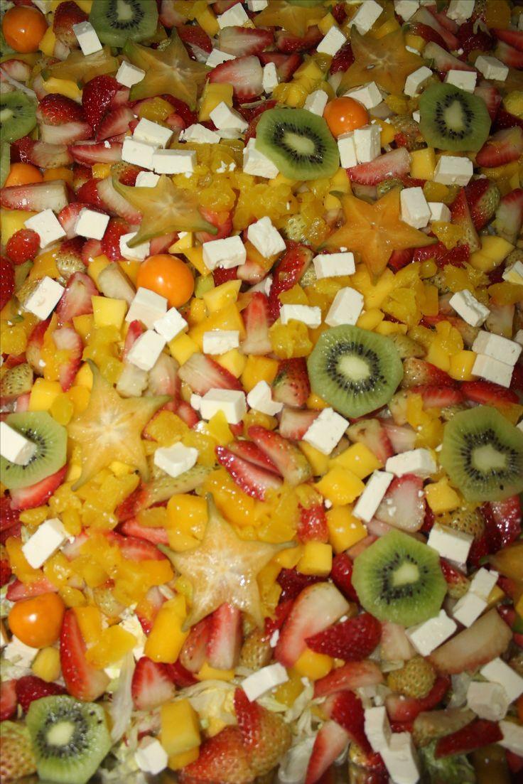 Sabrosa ensalada de frutas. Kiwi, queso, mango, fresas.
