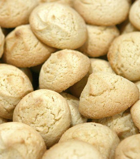 Omlós házi mandulás keksz -  Hozzávalók:      50 dkg liszt     40 dkg cukor     30 dkg mandula     10 dkg vaj     3 tojás     1 csomag vaníliás cukor     1 citrom  Elkészítés ideje:  70 perc.