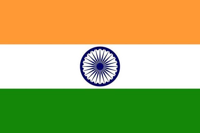 """Bandeira da Índia  Adoção 22 de Julho de 1947 Cores    Açafrão   Branco   Verde   Azul escuro A bandeira nacional da Índia foi adotada durante uma reunião ad hoc da Assembleia Constituinte realizada em 22 de Julho de 1947, vinte e dois dias antes da independência indiana do Reino Unido em 15 de Agosto de 1947. Ela foi usada como bandeira nacional do Domínio da Índia entre 15 de Agosto de 1947 e 26 de Janeiro de 1950 e, logo após, da República da Índia.Na Índia, o termo """"tricolor"""" ..."""