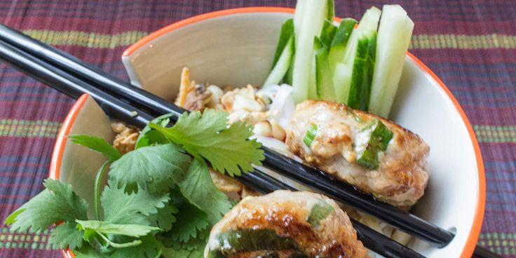 Honigfrikadellen mit Reisnudeln, Sauce, Gemüse und Kräutern nach einem Rezept aus Südvietnam. Frikadellen mal ganz anders!