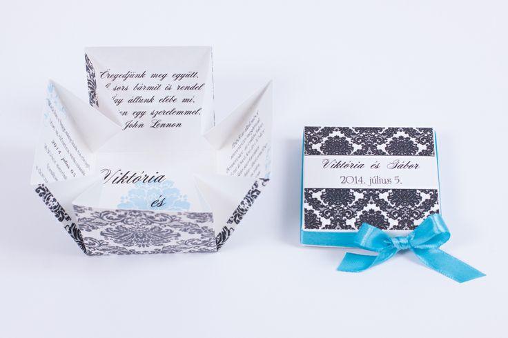 Gyöngy kartonra nyomtatott, fekete barokk mintával díszített dobozos esküvői meghívó, melyet türkiz szatén szalaggal díszítettünk.