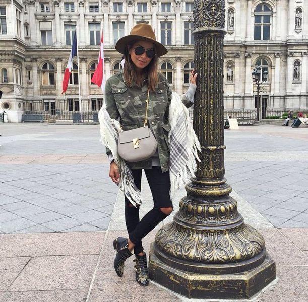 sincerely julie-Sarinana-fashion-blogger-imaje-moda-iconu-kamuflaj-desen-gömlek-siyah-yırtık-jean-şapka-metalli-bot