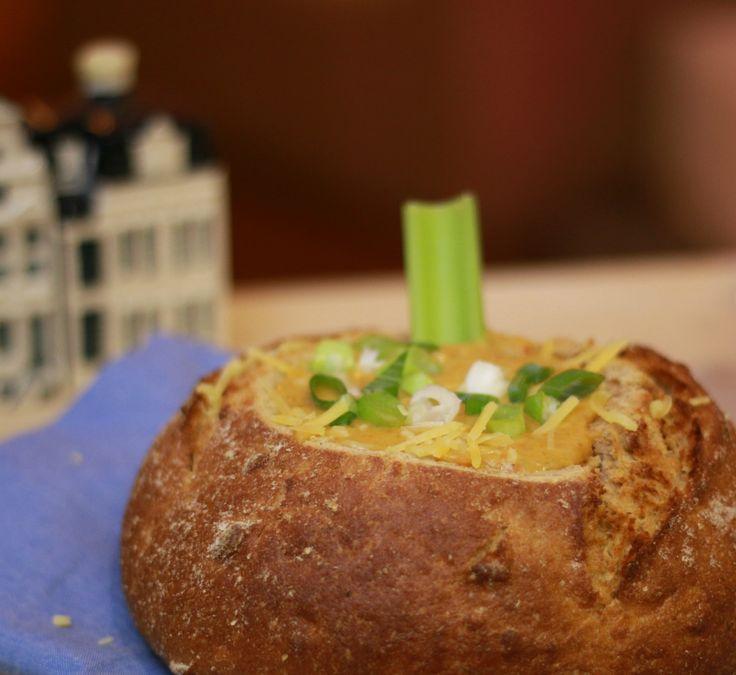 Dit recept voor kaasfondue met bier bevat uiteraard de nodige kaas. En groente, omdat je hier nooit genoeg van binnen kunt krijgen. Bekijk mijn versie voor een gezonde(re) kaasfondue, mét bier.