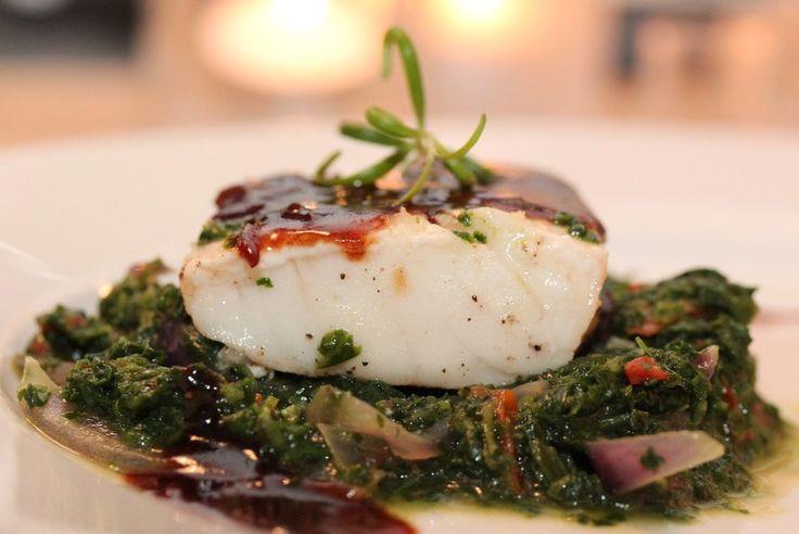 Ovnsbakt torsk med lun spinatsalat, sellerirotmos og balsamicosaus