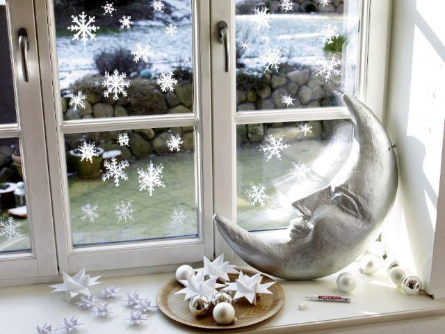 Des flocons de neige sur les vitres des fenêtres - Déco de Noël DIY