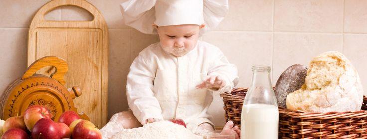 Los grupos de alimentos se deben introducir por etapas y sucesivamente, para detectar fácilmente posibles alergias y facilitar la adaptación del organismo del bebé a nuevos alimentos.