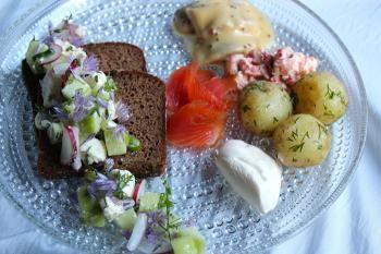 Kesäruoka on ehdottomasti uusien perunoiden lisäksi monenlaiset kalat. Näiden herkkujen kanssa pöytään kuuluu myös hyvä kotimainen leipä. Uotilan perunalimppu onkin loistava valinta kesäherkuille ja kesänpitopöytiin.