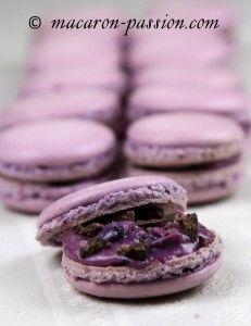 Macarons cassis et chocolat croquant à la violette