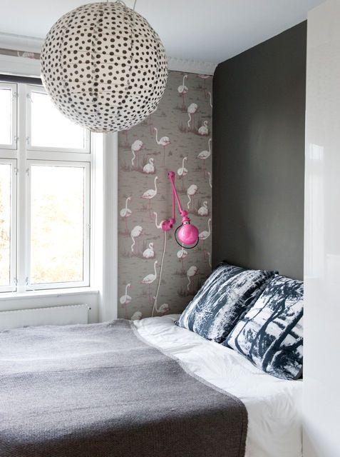 La chambre de la styliste et designer d'intérieur danoise Maria Helgstrand, jolie suspension, jolie lampe de chevet, joli papier peint