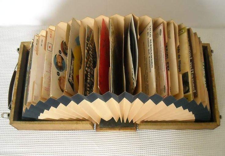 Valigetta porta-dischi contiene trenta 45 giri