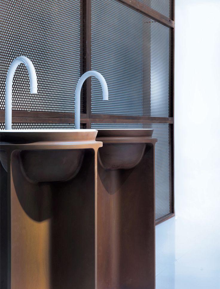 FALPER - CONTROSTAMPO - Kolekce, pro kterou byly inspirací průmyslové objekty. Umyvadla na obrázku mají povrchovou úpravu z tekutého cortenu. Design: Dario Gaudi, Vittorio Venezia
