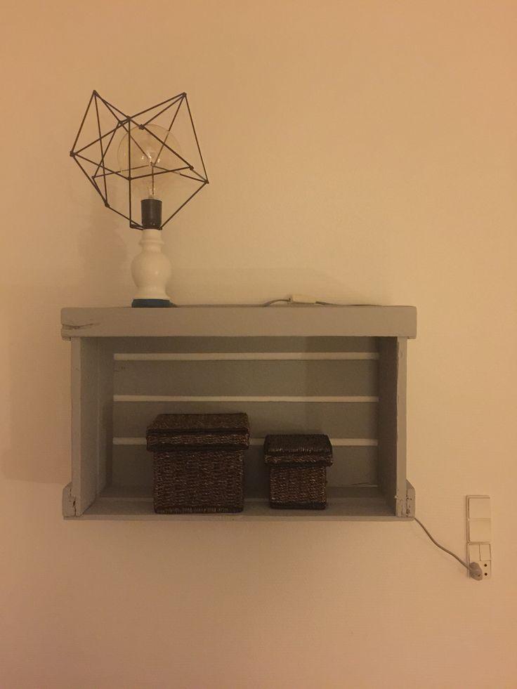 Gammel æblekasse, som er blevet malet. Og vores hjemmelavet lampe, med en Globe pærer i. Giver et fantastisk lys.