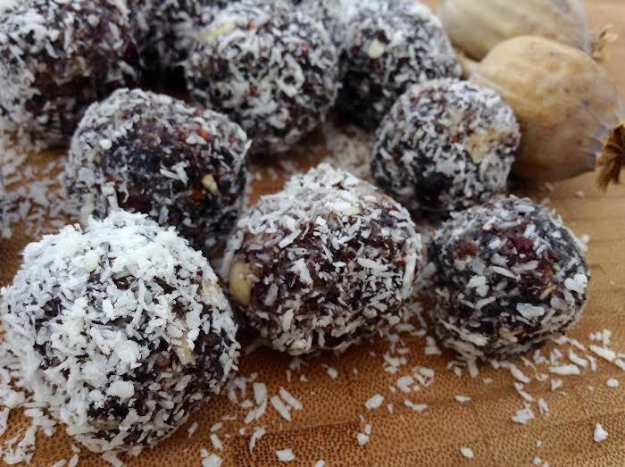 V makových kuličkách se mísí výrazná chuť máku s osvěžující chutí sušených brusinek. Strouhaný kokos s mletými mandlemi skvělou chuť kuliček doladí.
