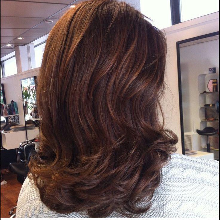 Brunette with gold balayage - ruskeat hiukset raidoilla